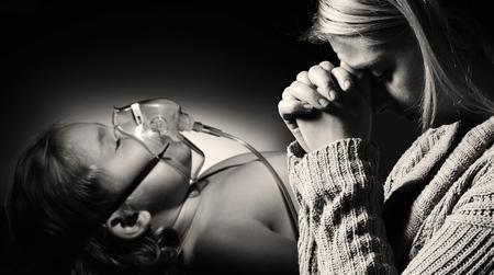 niños enfermos: Madre ora por la salud de la hija gravemente enferma.
