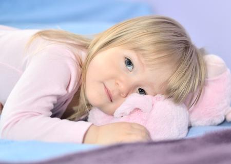 piheno: Kislány pihen az ágyban.
