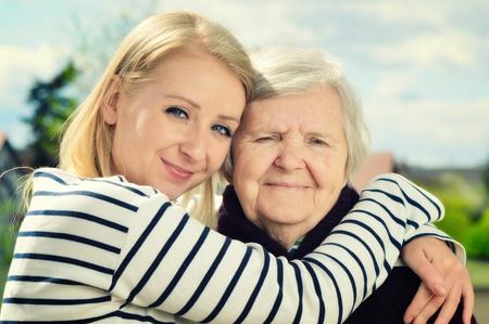 familia abrazo: Abuela y nieta. Familia feliz.