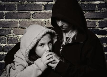 Dakloze moeder met haar dochter. Arme familie.