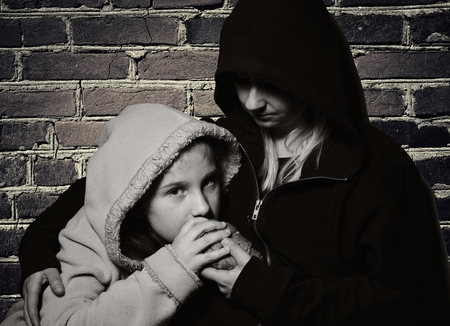 Homeless mother with her daughter. Poor family. Standard-Bild