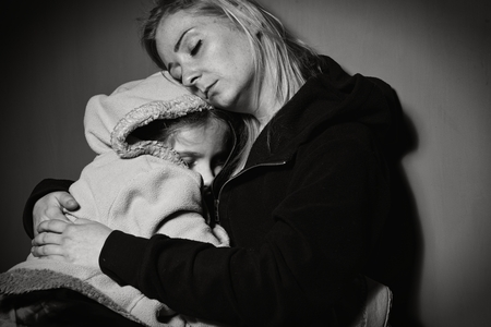 enfermo: Madre sin hogar con su hija. Familia pobre. Foto de archivo