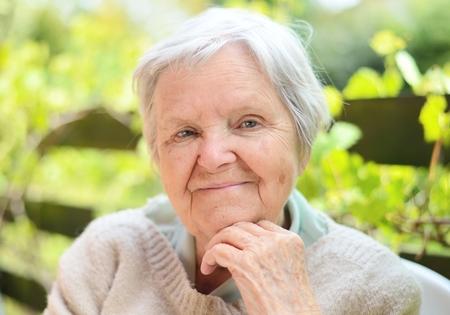 vejez feliz: Mujer mayor sonriente feliz en el jardín.