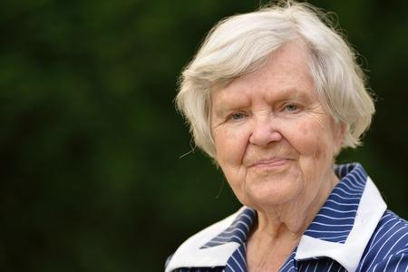 ancianos felices: Mujer mayor sonriente feliz en el jardín.