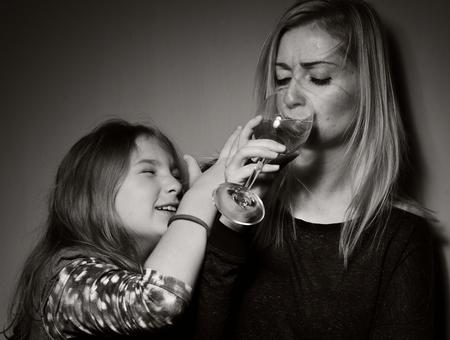 tomando alcohol: Niño pide que la madre dejó de beber alcohol. Foto de archivo