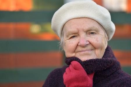 relajado: Mujer mayor sonriente feliz en el jardín.