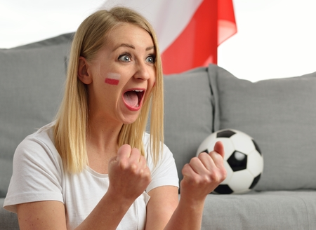 cerillos: vítores de ventilador polaca equipo de fútbol con los colores nacionales. Foto de archivo