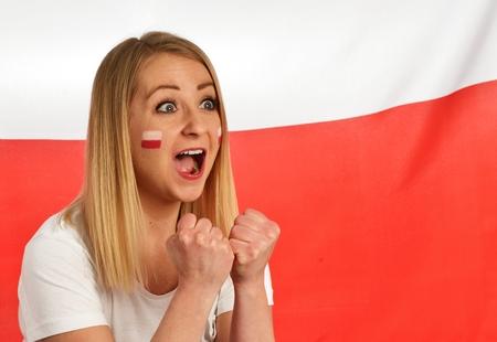 bandera de polonia: vítores de ventilador polaca equipo de fútbol con los colores nacionales. Foto de archivo