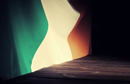 bandera de irlanda: Flag of the Ireland with wooden boards as a background. Vintage Style. Foto de archivo