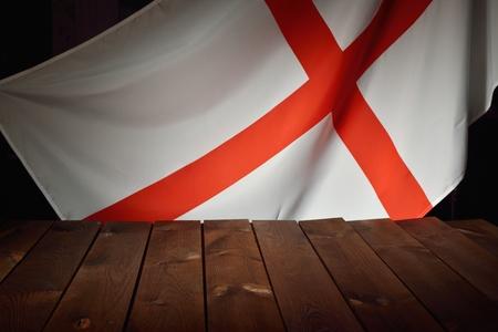 bandera inglesa: La bandera de la Inglaterra con tablas de madera como fondo.