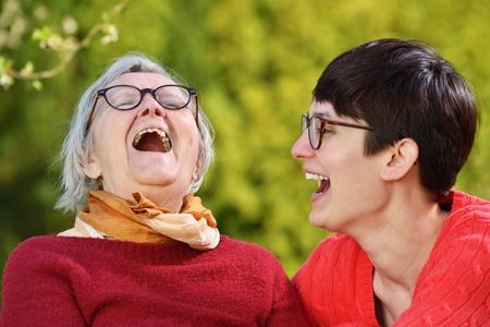 persona mayor: La abuela y la nieta. La mujer joven toma cuidado cuidado de una mujer mayor.