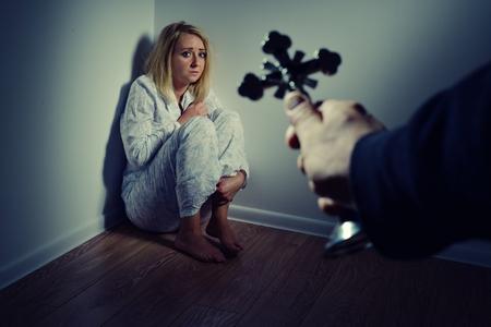 mujeres orando: Echando fuera un demonio de una mujer a través de la oración. Exorcismos más persona trastornada y loco.