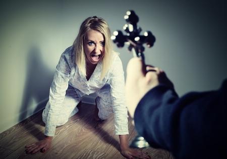 women: Echando fuera un demonio de una mujer a través de la oración. Exorcismos más persona trastornada y loco.