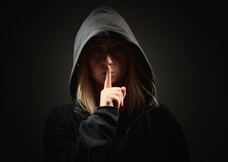 Mysteus vrouw in de kap vereist stilte.