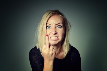 foda: La mujer muestra el signo de mierda.