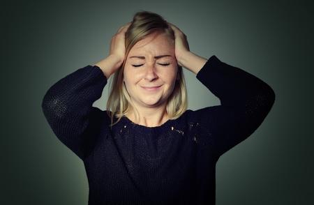 hemorragia: Mujer con un dolor de cabeza.