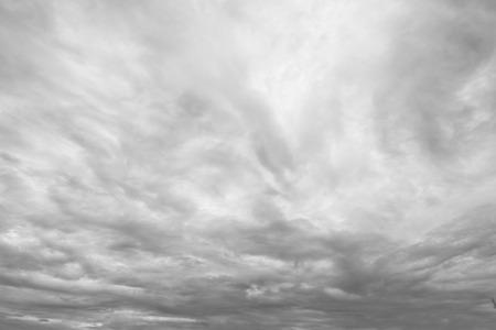 uğursuz: Dark ominous grey storm clouds
