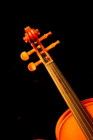 chiave di violino: Immagine scura che mostra parte del violino