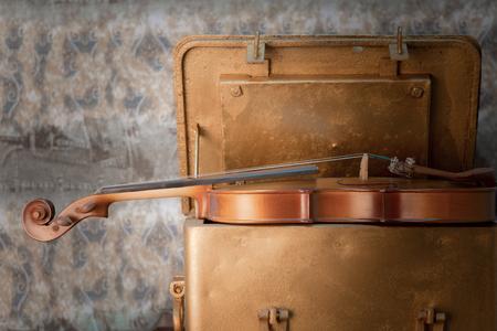 instrumentos de musica: violín - Bodegón con una figura de madera Foto de archivo