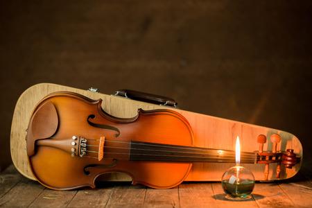 viool met lantaarn op oude stalen achtergrond, stilleven Stockfoto