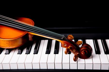 Violin on the piano on a black background Standard-Bild