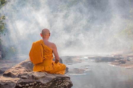 森の瞑想の僧侶 写真素材