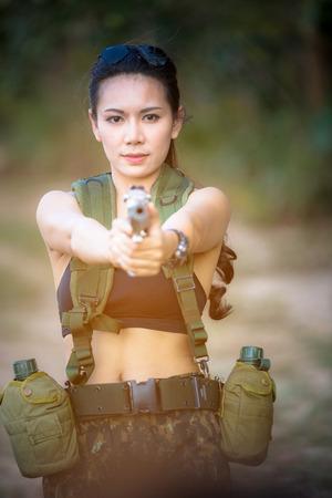 militaire sexy: Belle femme soldat avec un pistolet