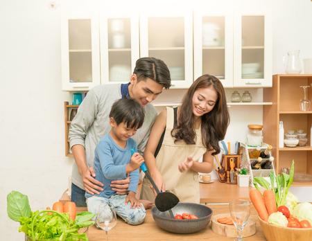 아시아계 가족이 주방에서 요리하기 스톡 콘텐츠 - 85141948