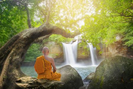 Monje practicar meditación en la cascada haew suwat en Tailandia, el parque nacional de Khao Yai, Tailandia Foto de archivo