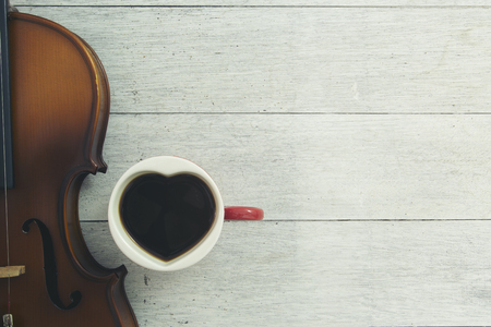 cup ofcoffee and violin on wooden Imagens