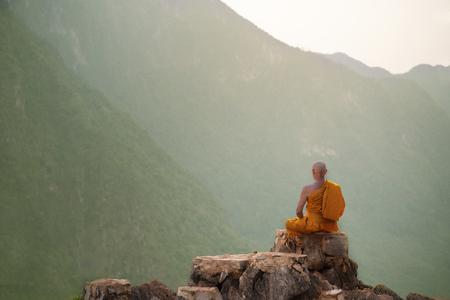 Monje buda practica meditación en la montaña