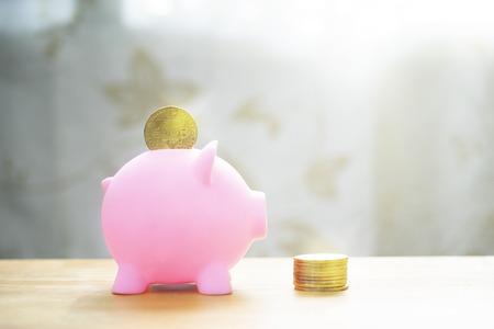 Sparschwein mit Bitcoin, Geschäftskonzept Standard-Bild