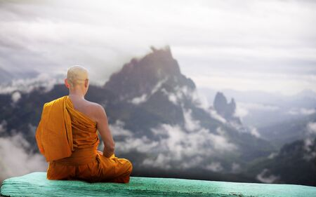 Buddha monk practice meditation infront of mountain Stockfoto