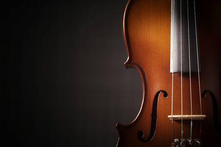 Schöne antike Geige auf schwarzem Hintergrund