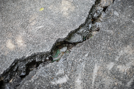 cracked cement: cracked cement wall