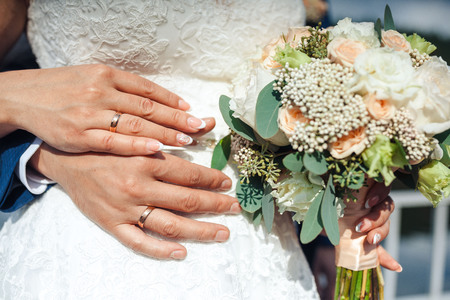 Bride hands with ring and wedding bouquet Stockfoto - 97480341