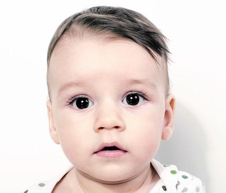 ojos negros: Retrato de un bebé, niño de grandes ojos negros mirando Foto de archivo