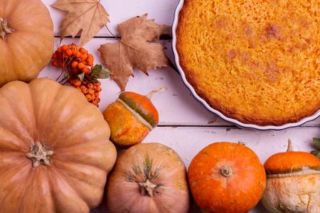dynia: Jesień martwa natura. Homemade Pumpkin Pie na Święto Dziękczynienia. Selektywne fokus.