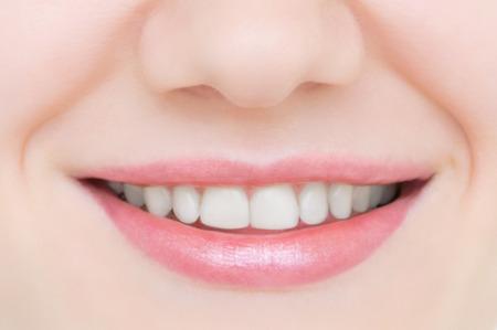 Sorridente ragazza caucasica da vicino. Bei denti bianchi.