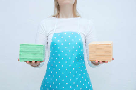 Caucasian woman housewife in a blue apron with paper napkins in her hands. Banque d'images - 156884369