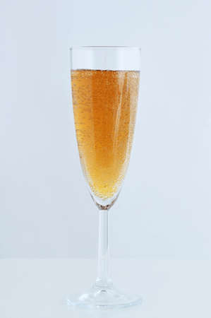 Glass of sparkling champagne on a white background. Vertical photo. Banque d'images - 159428774