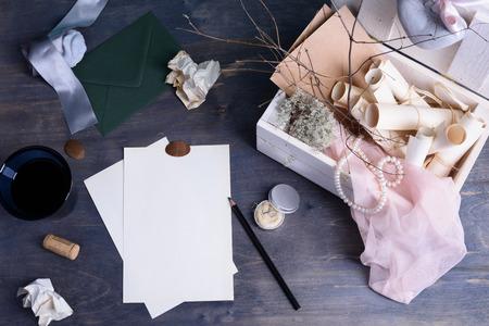 papier a lettre: Encore des détails de la vie. rouleaux de papier et de perles dans une boîte en bois retro vintage. invitations lettre d'amour romantique ou mariage écriture modèle sur la table en bois. Banque d'images