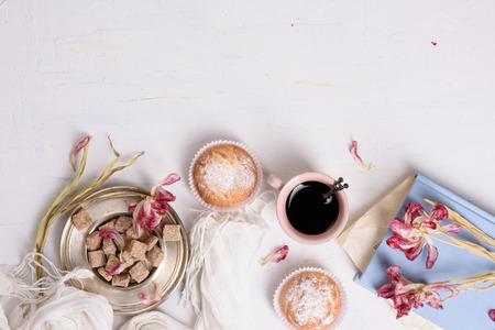 desayuno romantico: Pasteles, taza de café y de tulipanes de color rosa flores, romántico desayuno fondo. espacio de la copia, vista desde arriba. Foto de archivo