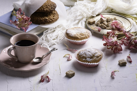 desayuno romantico: Coffee and sweet desserts, oat biscuits, cupcakes and spring flowers. Romantic breakfast.
