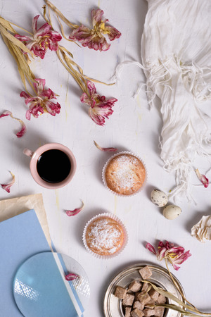 desayuno romantico: Café y pasteles con flores de tulipanes y rosas, romántico momento de la mañana. Vista superior. Foto de archivo