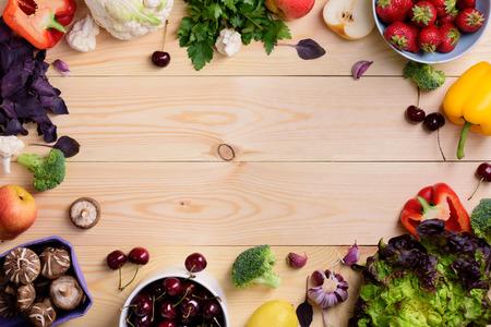 野菜や果物の食品背景。有機健康的なベジタリアン食です。農民市場のレイアウト。トップ ビュー領域にコピーします。 写真素材