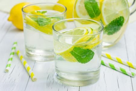 limonada: Limonada casera con limón fresco y menta Foto de archivo