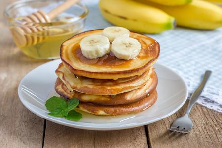 platanos fritos: Pila de panqueques con plátano y miel