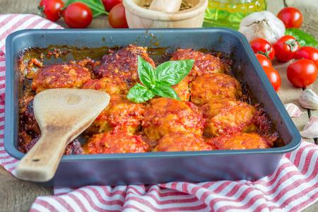Gehaktballen met tomatensaus in bakvorm Stockfoto
