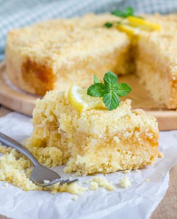 lemon pie: Hecho en casa quebrada tarta de lim�n, primer Foto de archivo